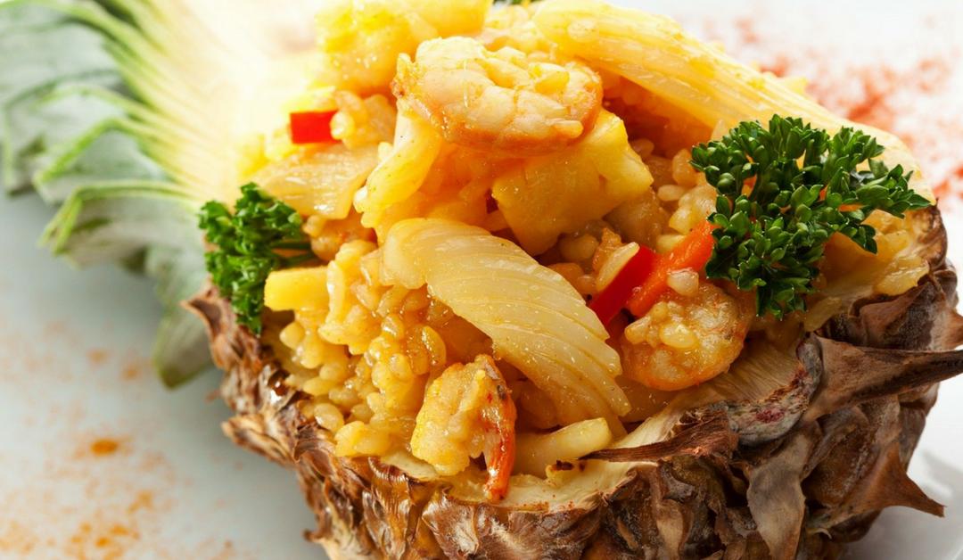 Gebakken rijst met verse ananas
