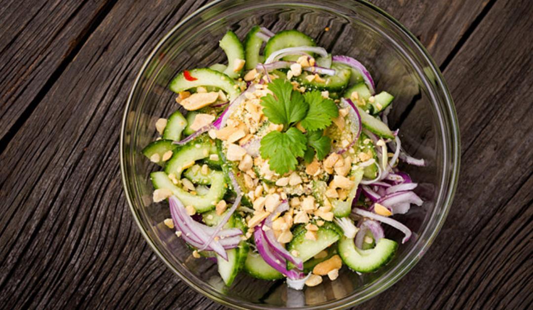 Thaise komkommersalade met cashewnoten