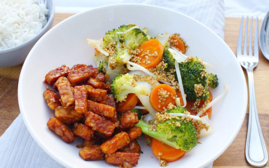 Sambal goreng tempeh met groenten in sesamdressing