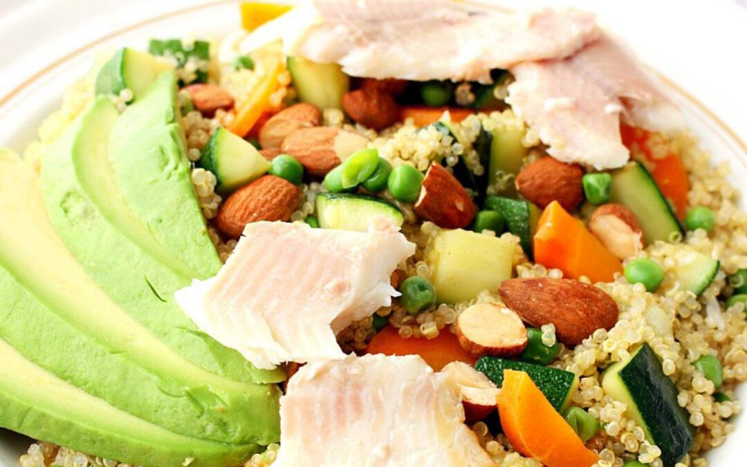 Voorjaarsgroenten met gerookte forel en quinoa