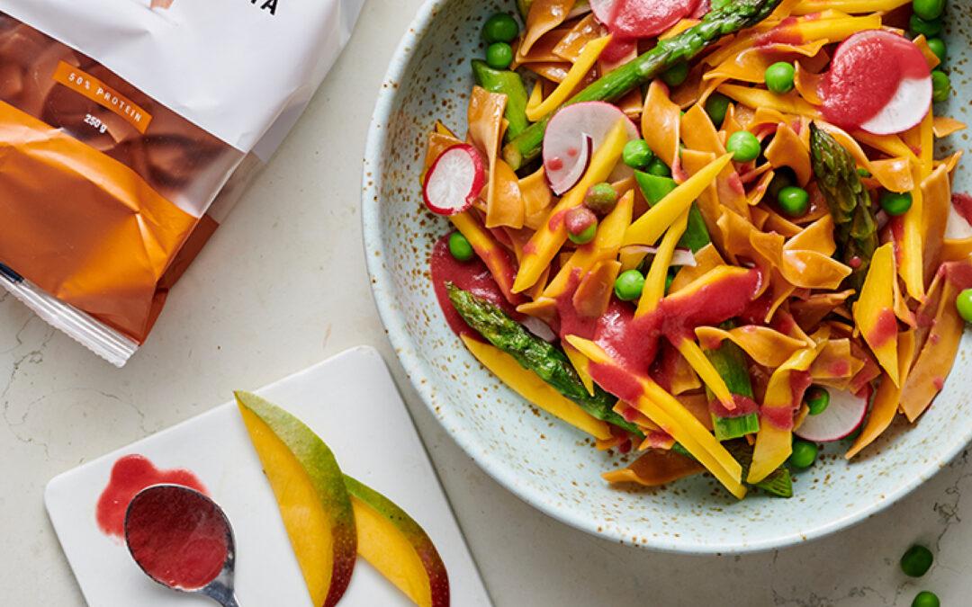 Eiwitrijke pastasalade met rode bietendressing